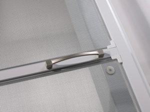 Moskitiera drzwiowa.